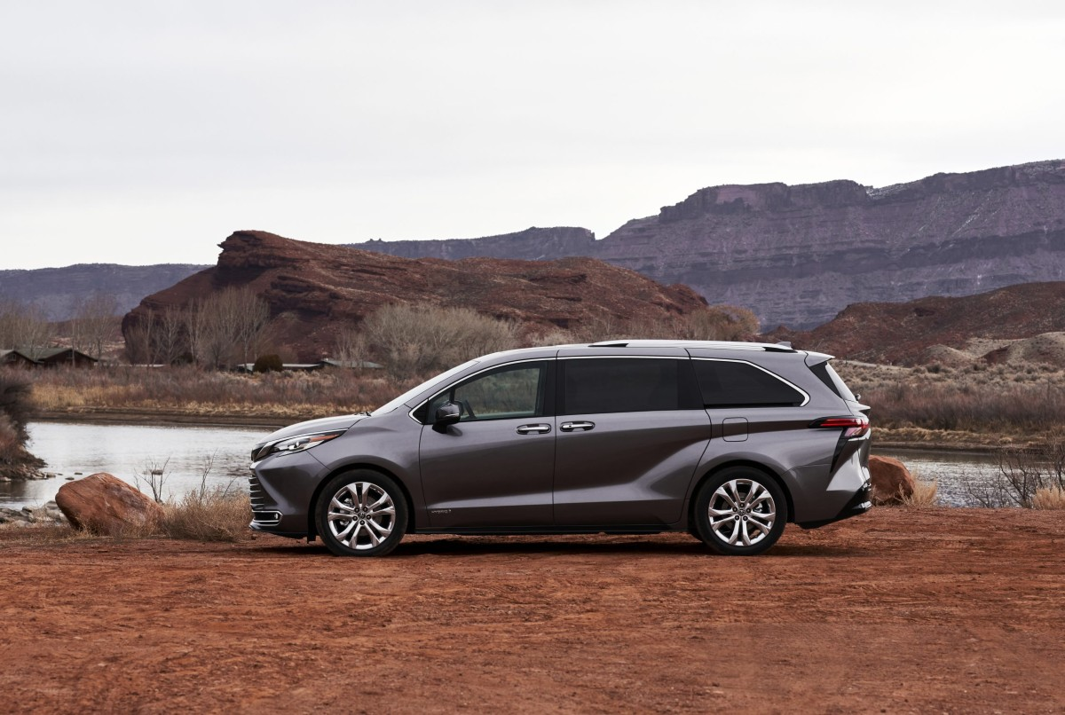 2021 Toyota Sienna lateral
